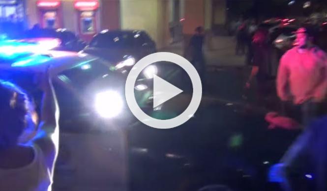 Peatones bloquean a un policía que perseguía a un Mustang