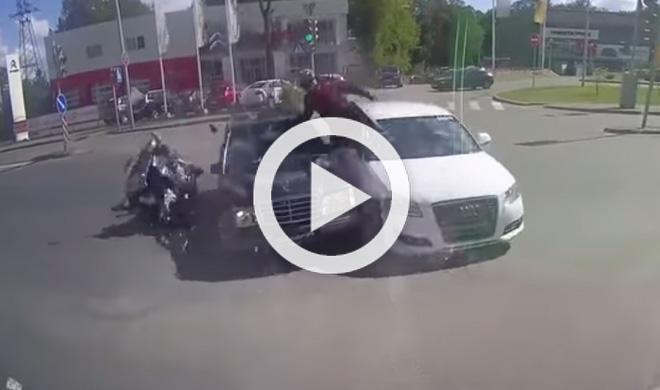 Un motorista se salta un semáforo y choca con dos coches