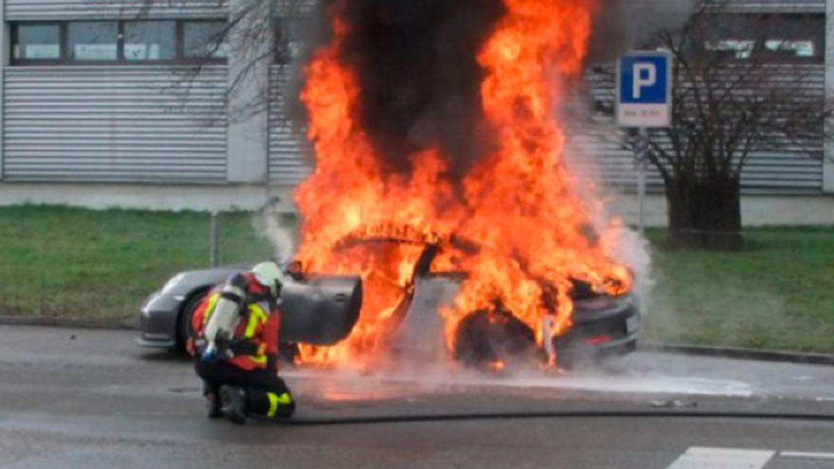Un Porsche Boxster sale ardiendo en mitad de la calle