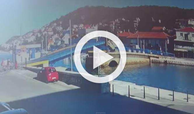 Un Peugeot 107 ignora la señales de un puente y...