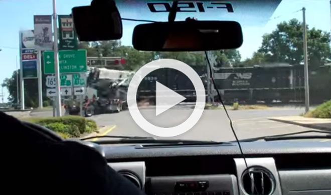 Un camión de 18 ruedas es arrollado por un tren