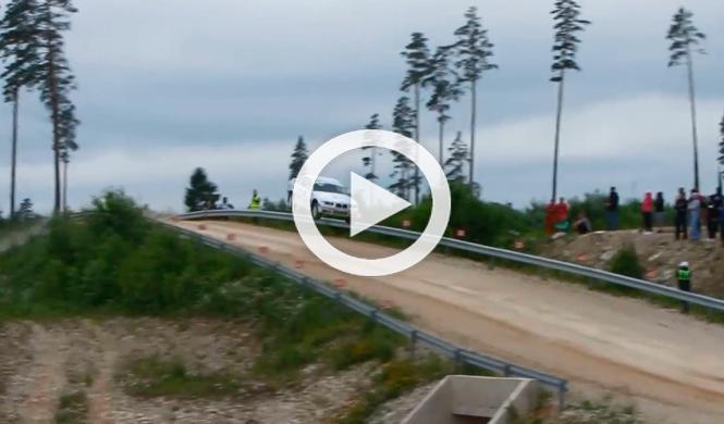 Un BMW E36 coupé vuela durante una etapa de un rally