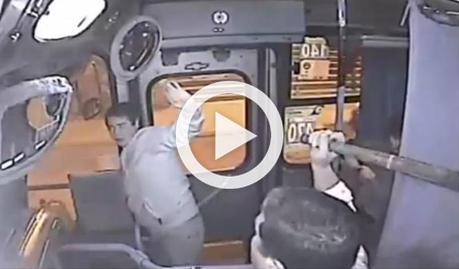 Conductor de autobús pega paliza a un ladrón con un bate