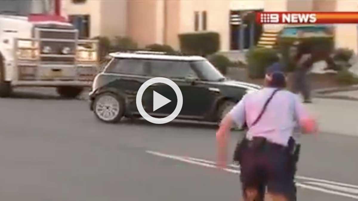 Un Mini escapa limpiamente de un control policial
