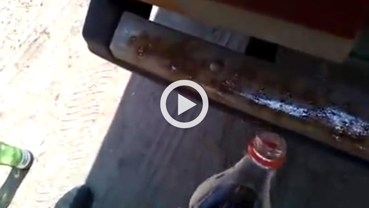 ¿Por qué este hombre le echa Coca Cola a su coche?