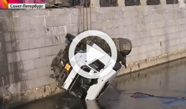 Vídeo: un camión cisterna se accidenta y termina en un río