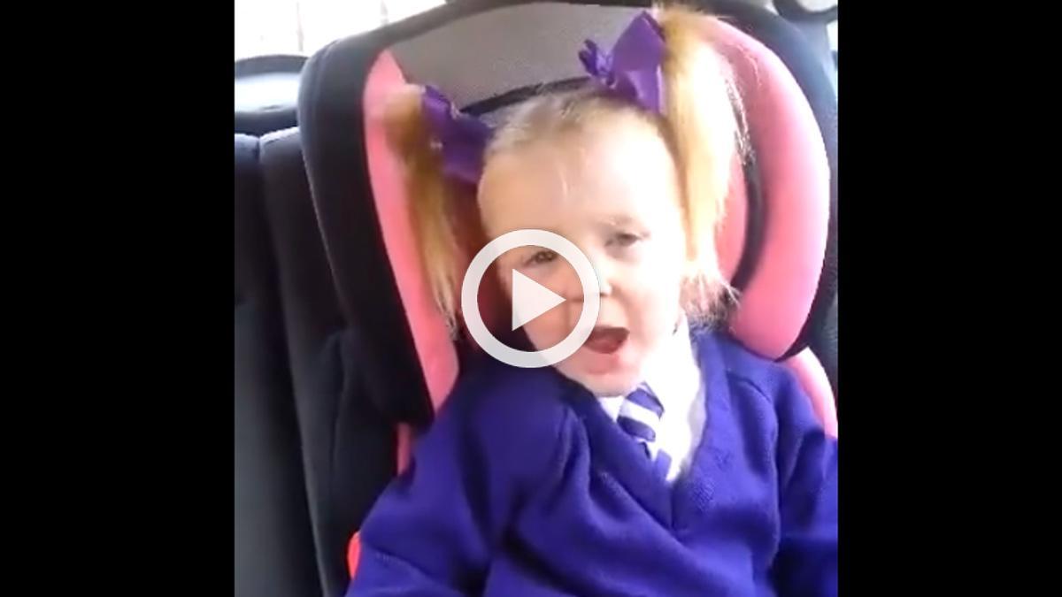 Vídeo: una niña baila hardcore en el coche (y muy bien)