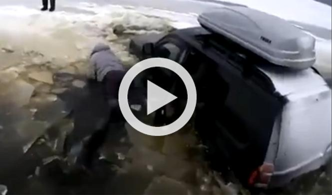 Intenta cruzar un lago helado y acaba desnudo y sin coche