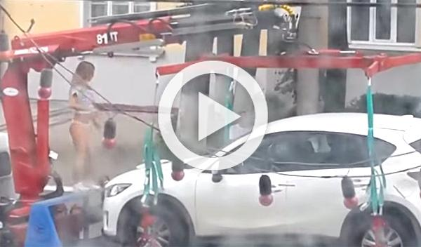 Hace un 'striptease' para que la grúa no se lleve su coche