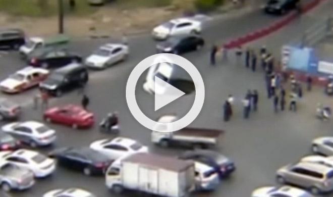 Un enorme cráter se traga un coche en China