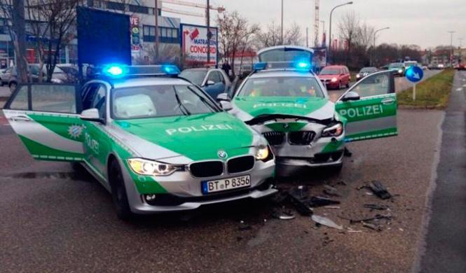 Dos coches de la policía alemana chocan entre si