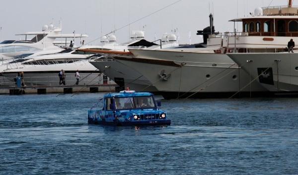 Rusia utiliza vehículos anfibios del ejército como taxis