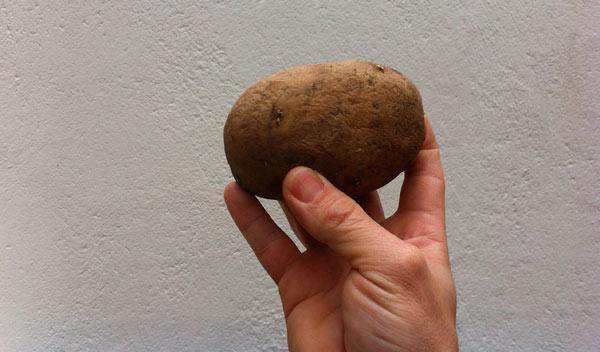 Imputado por lanzar patatas a la gente desde su coche