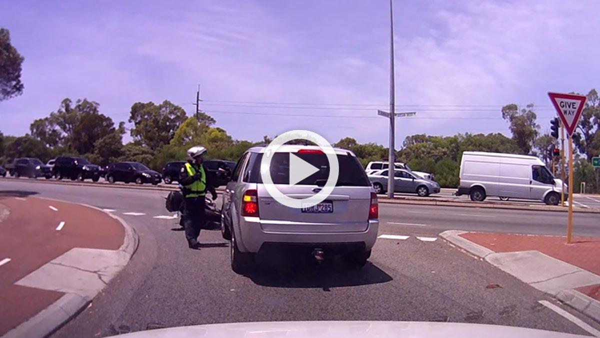 Un despistado golpea a un policía y le tira de la moto