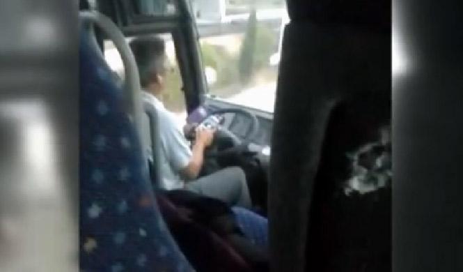 Pillado conductor de autobús escolar wasapeando al volante