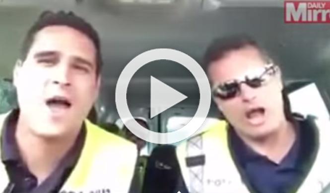 Vídeo: tres policías se emocionan cantando el Rey León
