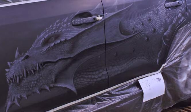 Un chino fabrica un coche de madera con forma de dragón