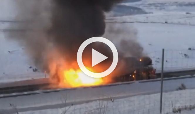 Un camión cargado de coches arde en la A-67