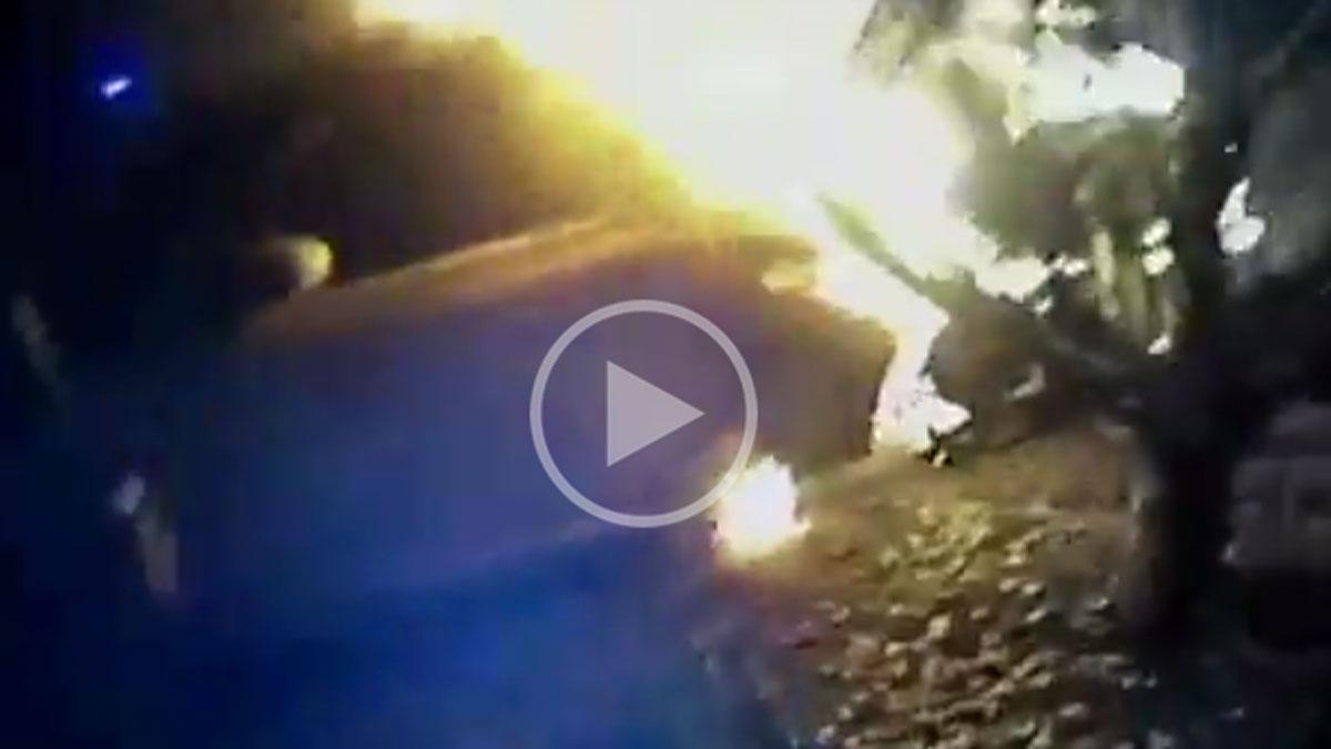 Policía graba cómo saca a un hombre de un coche en llamas