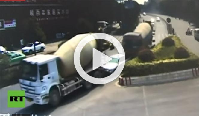 Escalofriante vídeo: dos camiones aplastan un coche