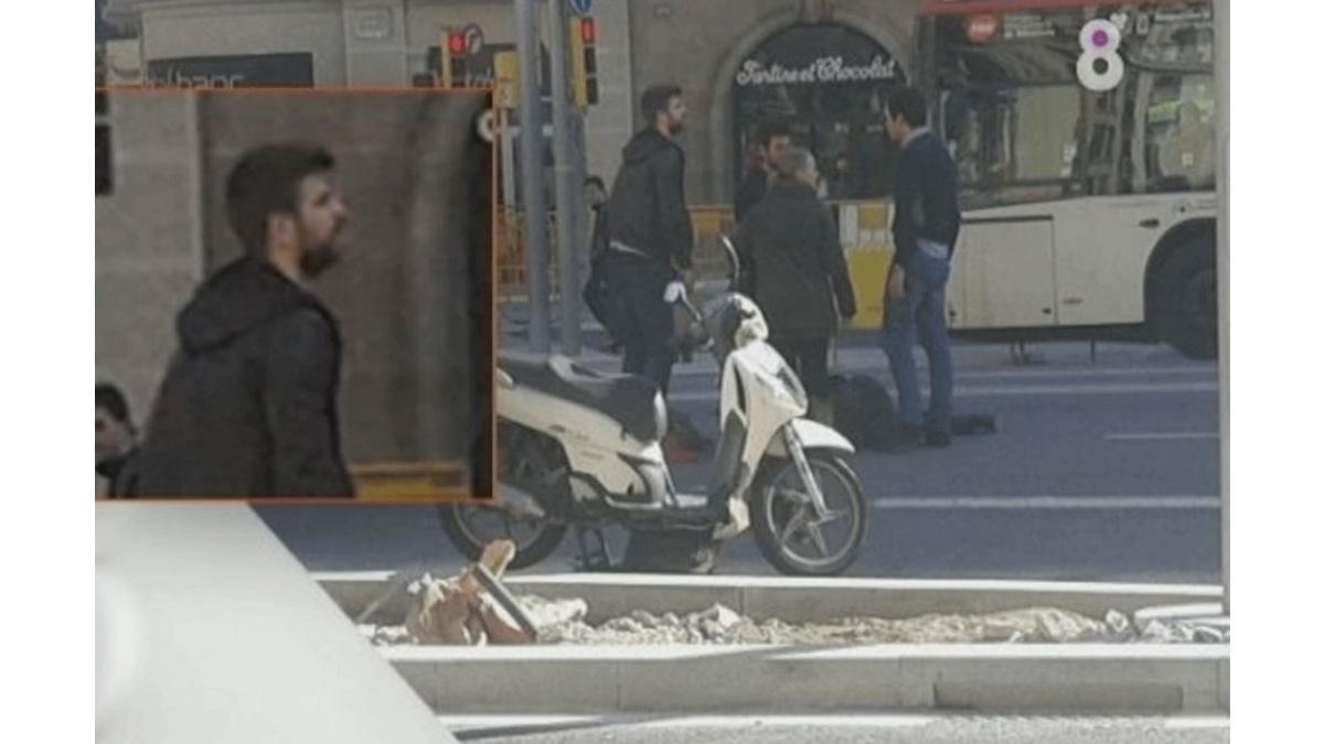 Gerard Piqué ayuda en un accidente de tráfico en moto