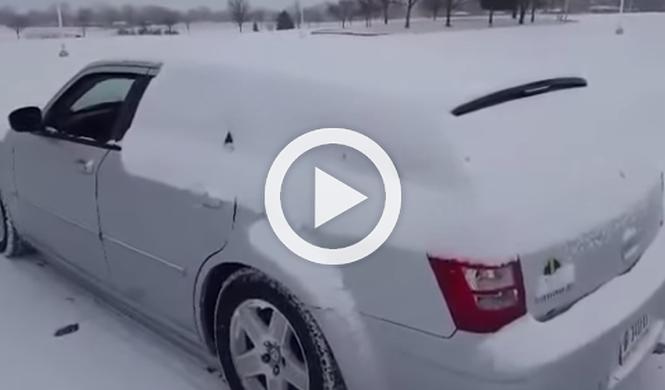 Vídeo: así quitan los rusos la nieve de sus coches