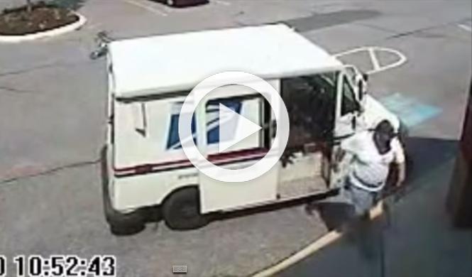 Vídeo: un cartero es atropellado por su propio vehículo