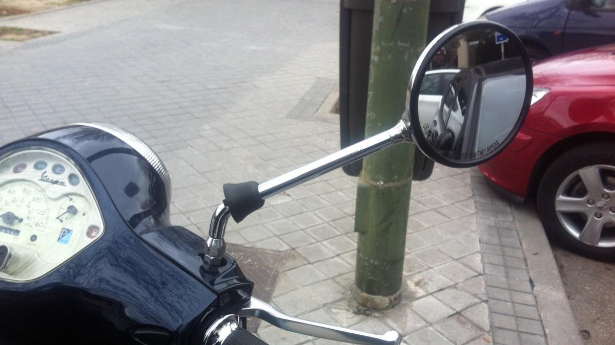 Cómo-regular-retrovisor-moto-torcido