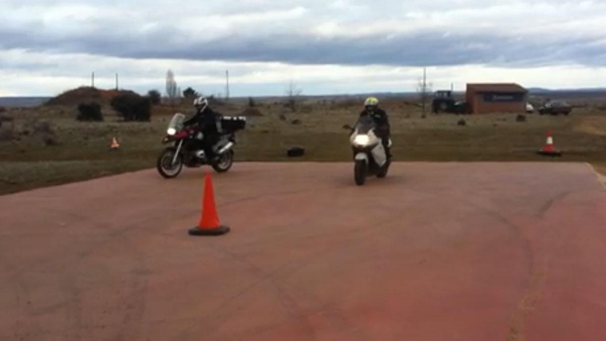 Dos motos echan una carrera para ver cuál es más... ¡lenta!