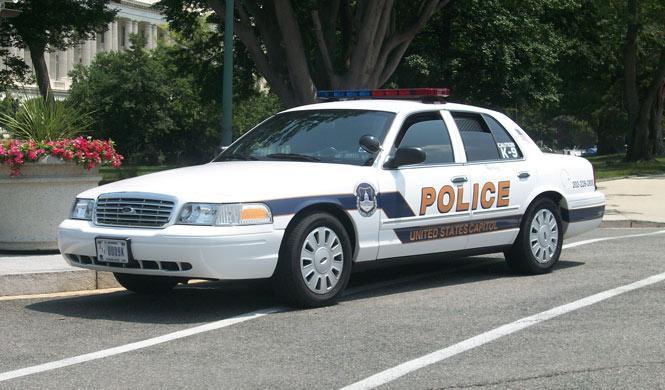 Dos policías incompetentes arrestan por error a una pareja
