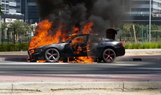 Una mujer sale huyendo de su coche en llamas
