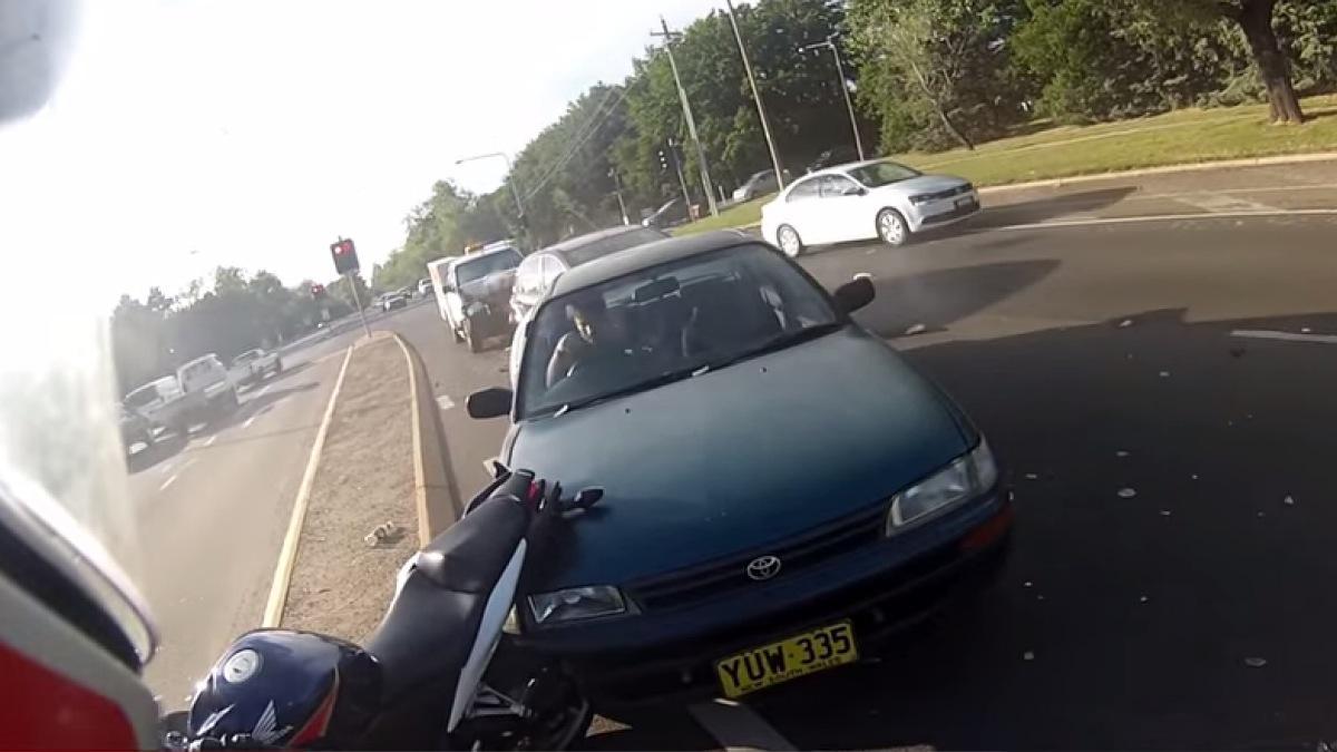 Vídeo: Reacción amistosa de un motero en un accidente