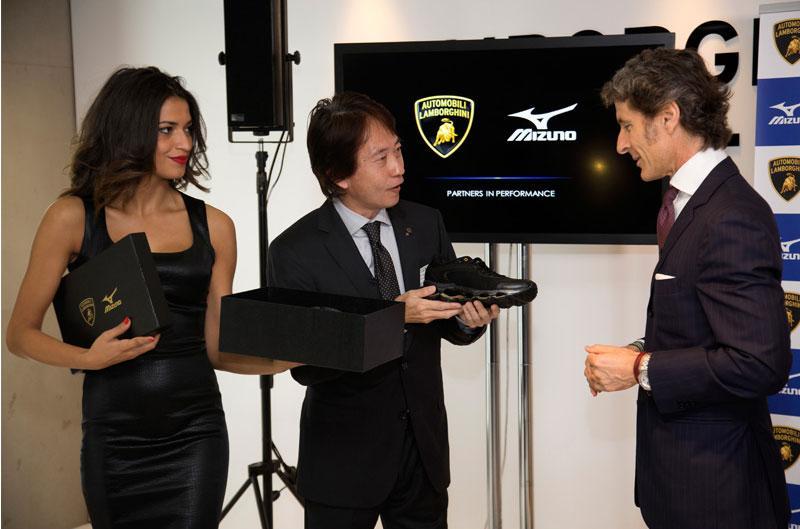 Stephan Winkelmann, CEO de Lamborghini, y Takeshi Shichijo, director de Mizuno
