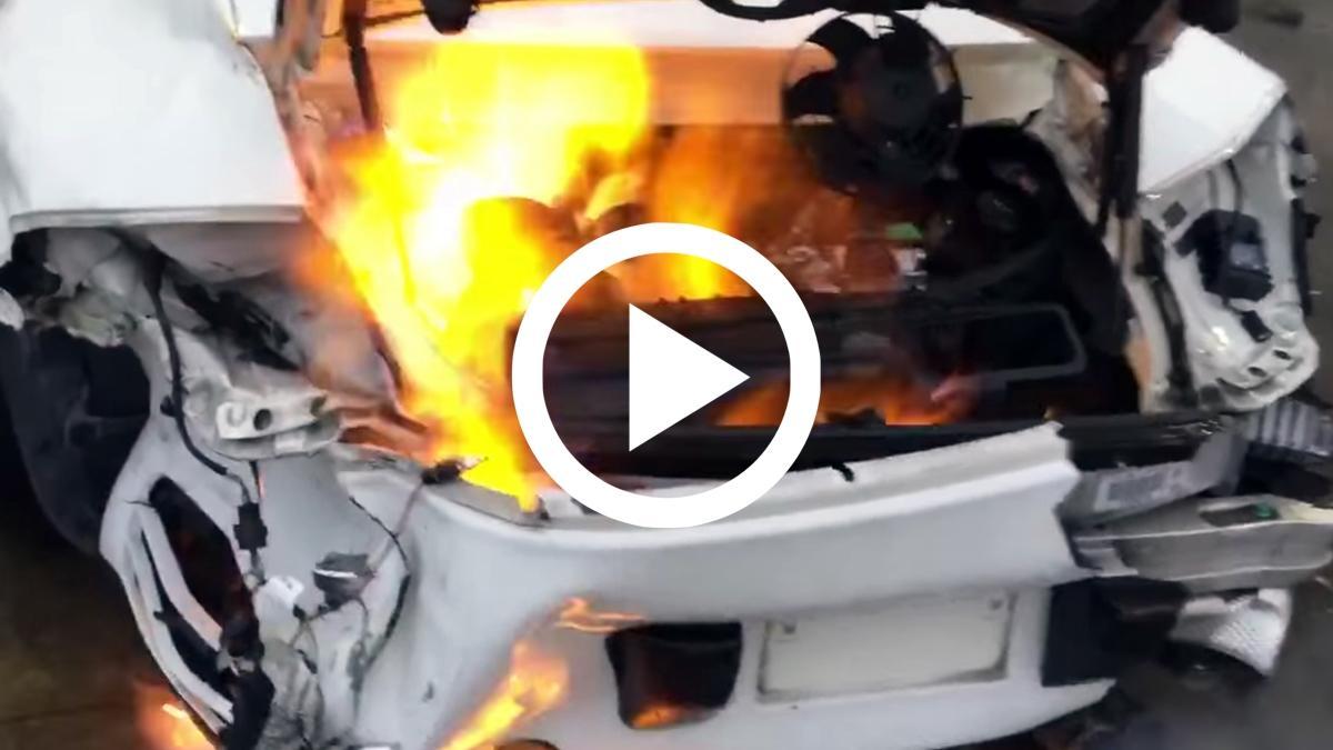 Un Porsche 911 accidentado sale ardiendo al arrancarlo