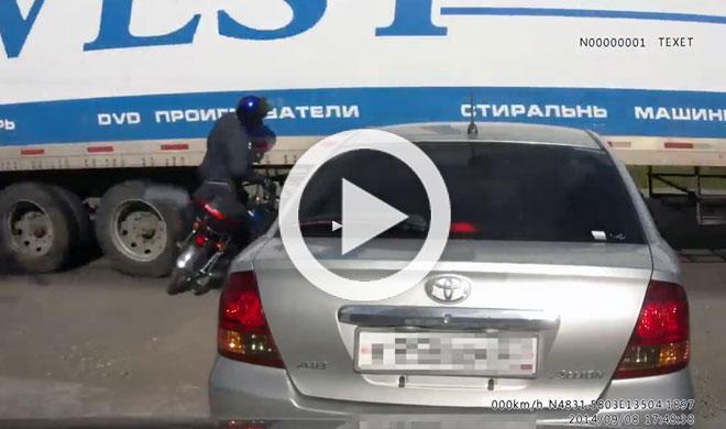 Vídeo: un motorista olvida usar el freno y es arrollado