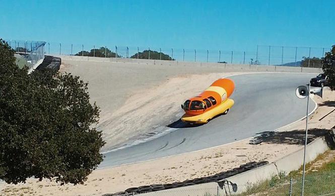 El Salchicha-móvil de Oscar Mayer rueda en Laguna Seca
