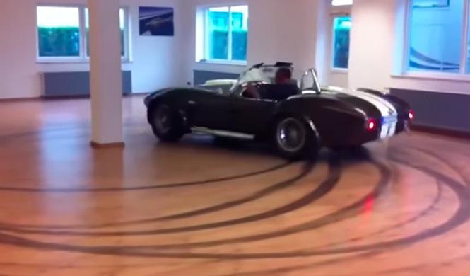 Vídeo: así derrapa un Shelby Cobra dentro de una habitación