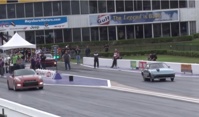 Un Mazda RX-7 choca contra un Nissan GT-R en una drag race
