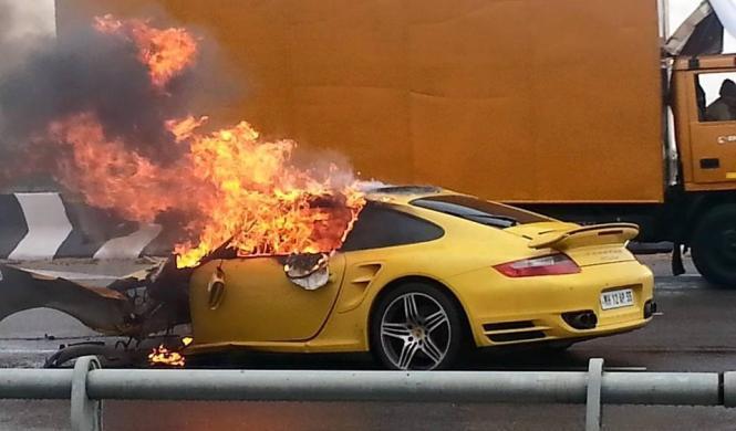 Un Porsche 911 Turbo accidentado acaba ardiendo en la India