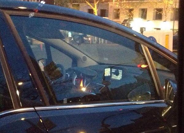 Pega un GPS en la pantalla del navegador de su coche nuevo