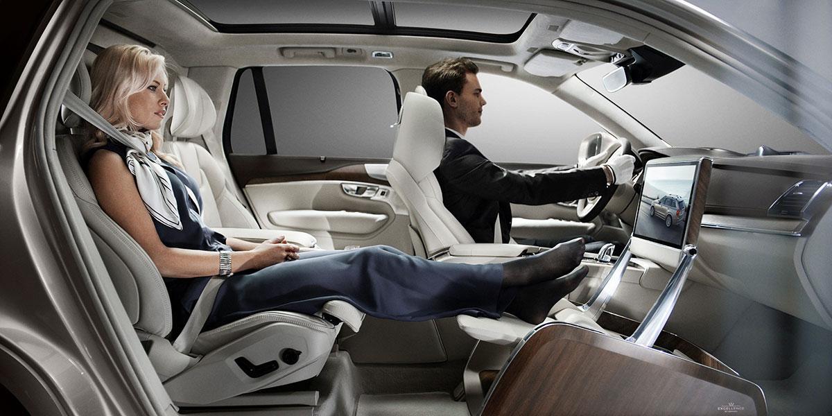 Volvo Lounge Console. Pasajera de coche con las piernas estiradas.