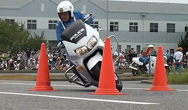 Vídeo: Pruebas de habilidad en moto de la policía japonesa