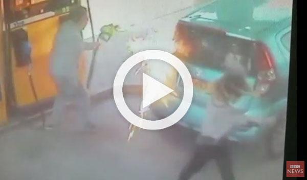 Mujer prende fuego a un coche porque no le dan un cigarro