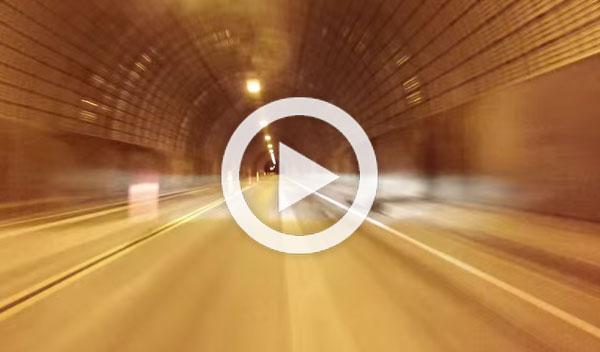 A la caza nocturna del túnel con un Jaguar F-Type R