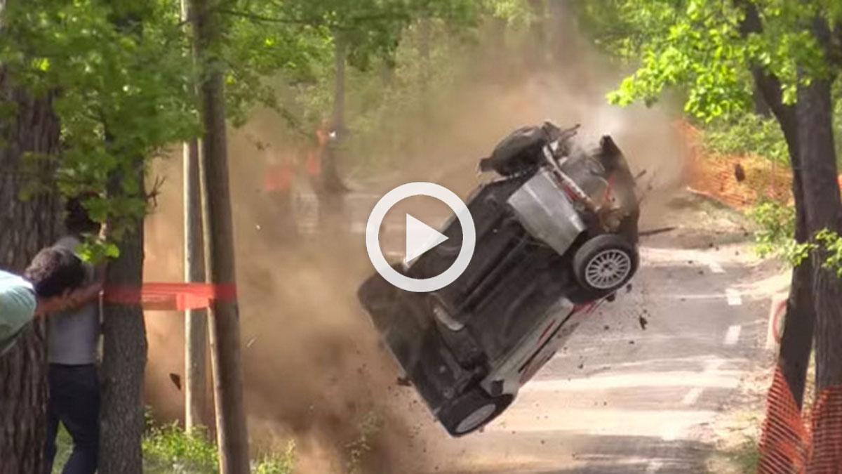 Citroën C2 de rally vuelca y en el aire choca con un árbol