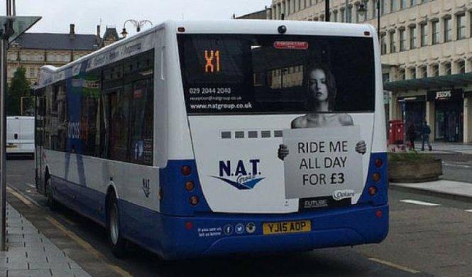 Mujeres en topless, la campaña de una empresa de autobuses
