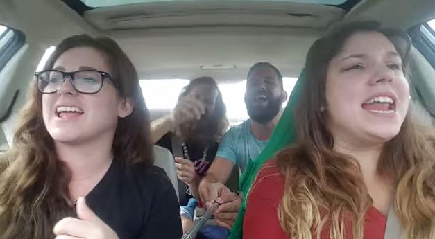 Vídeo: se graban cantando y sufren un accidente
