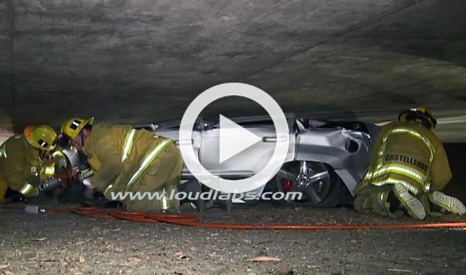Un Jeep Compass queda atrapado contra un puente
