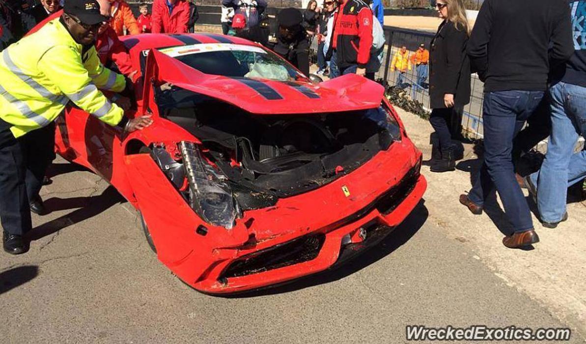 Un Nissan de la policía china impacta contra un Ferrari 458