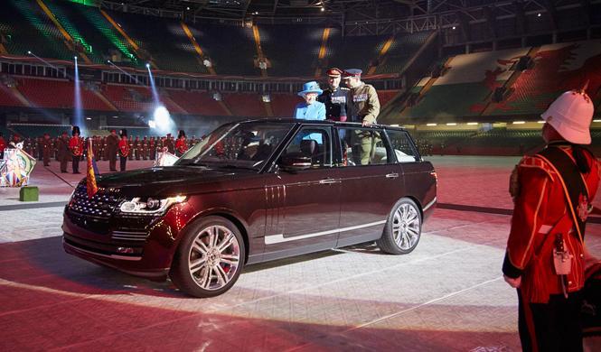 Reina de Inglaterra estrena Range Rover híbrido descubierto